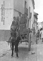 1953...calle Mayor, en el carro Tino,Antonio y Amparo